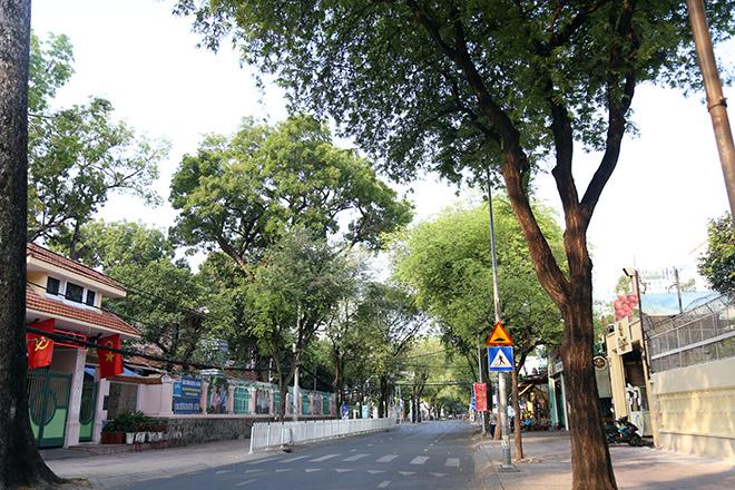 """Người dân """"rủ nhau đi trốn"""", đường phố Sài Gòn yên bình, thông thoáng đến lạ - 7"""