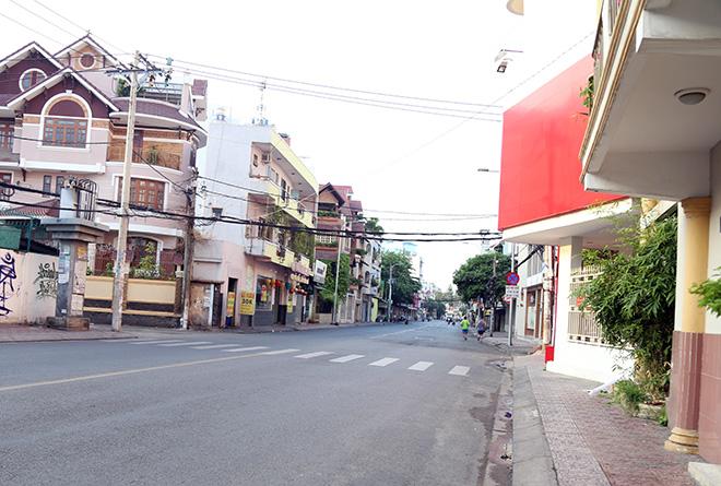 """Người dân """"rủ nhau đi trốn"""", đường phố Sài Gòn yên bình, thông thoáng đến lạ - 4"""