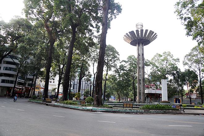 """Người dân """"rủ nhau đi trốn"""", đường phố Sài Gòn yên bình, thông thoáng đến lạ - 8"""