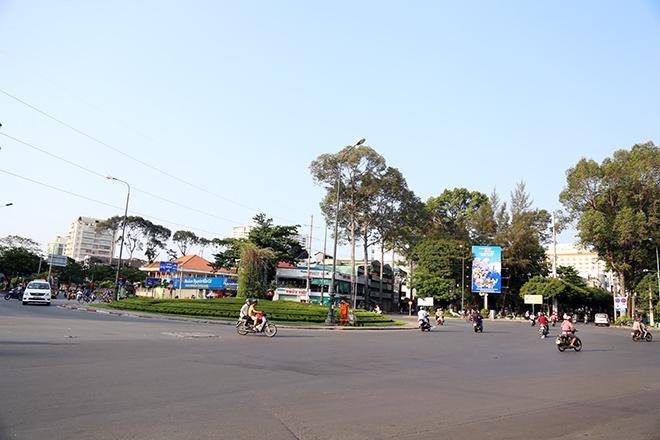 """Người dân """"rủ nhau đi trốn"""", đường phố Sài Gòn yên bình, thông thoáng đến lạ - 9"""