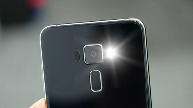 Vì sao đèn flash của smartphone gần hết pin không thể chụp ảnh nhưng vẫn chiếu sáng được? - 2