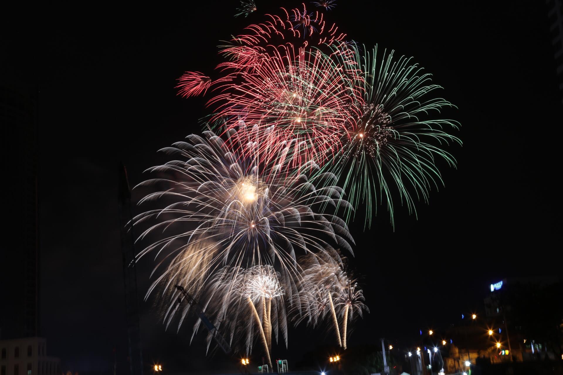 Pháo hoa rực sáng đẹp hút hồn trên bầu trời Sài Gòn, ngàn người vỗ tay tán thưởng - 2