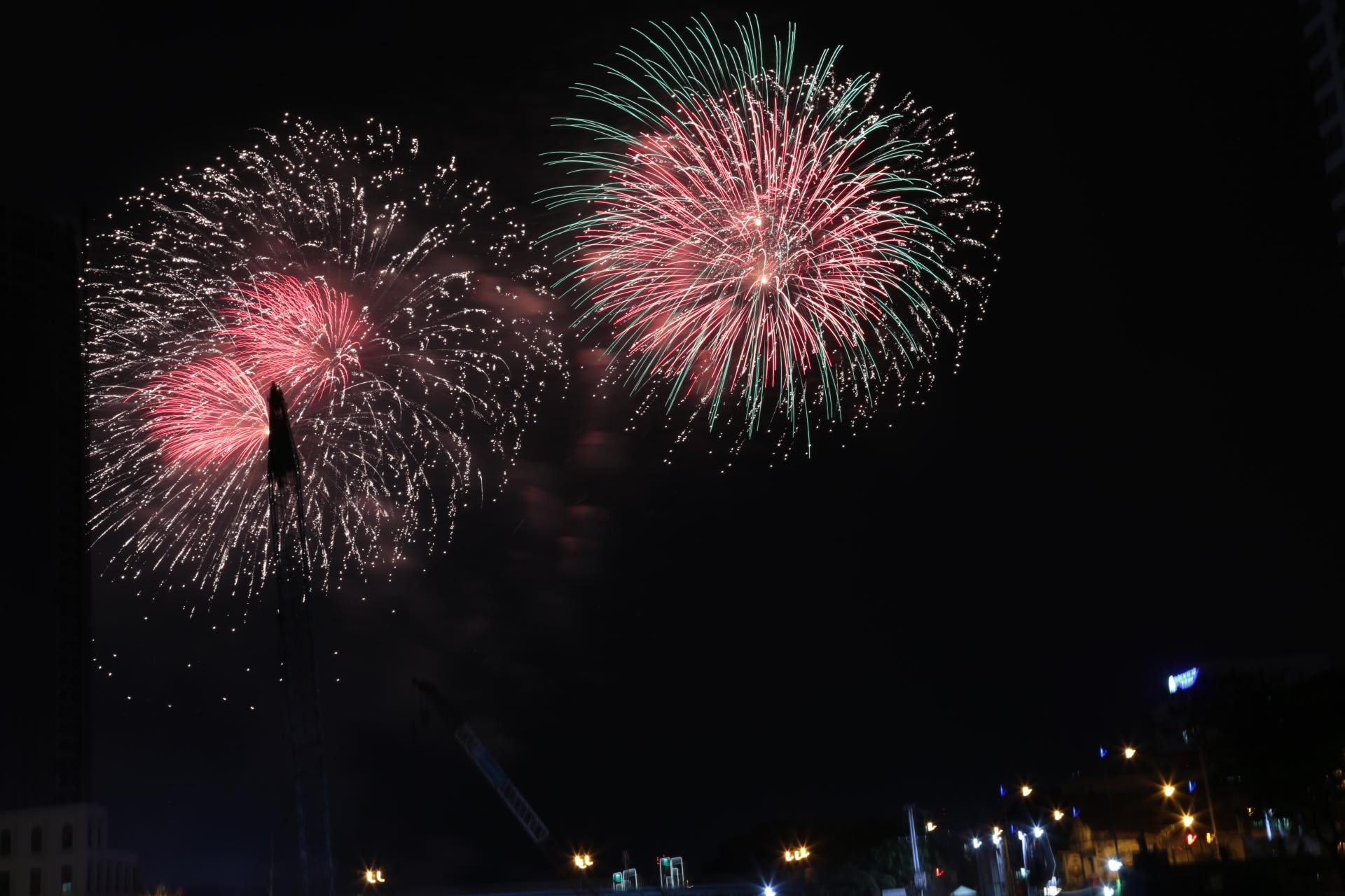 Pháo hoa rực sáng đẹp hút hồn trên bầu trời Sài Gòn, ngàn người vỗ tay tán thưởng - 12