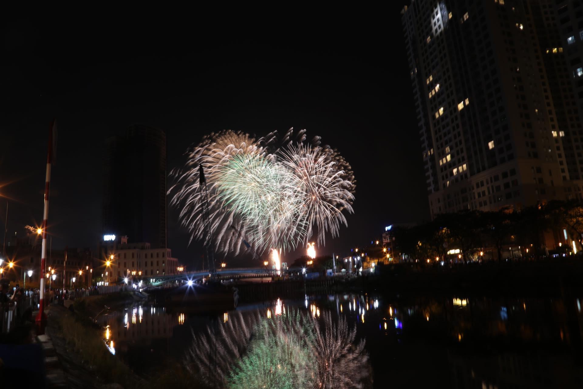 Pháo hoa rực sáng đẹp hút hồn trên bầu trời Sài Gòn, ngàn người vỗ tay tán thưởng - 13