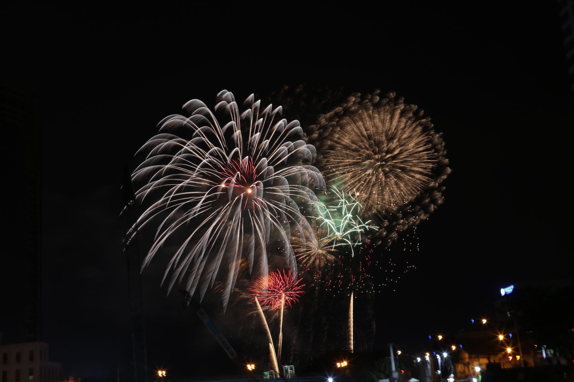 Pháo hoa rực sáng đẹp hút hồn trên bầu trời Sài Gòn, ngàn người vỗ tay tán thưởng - 3