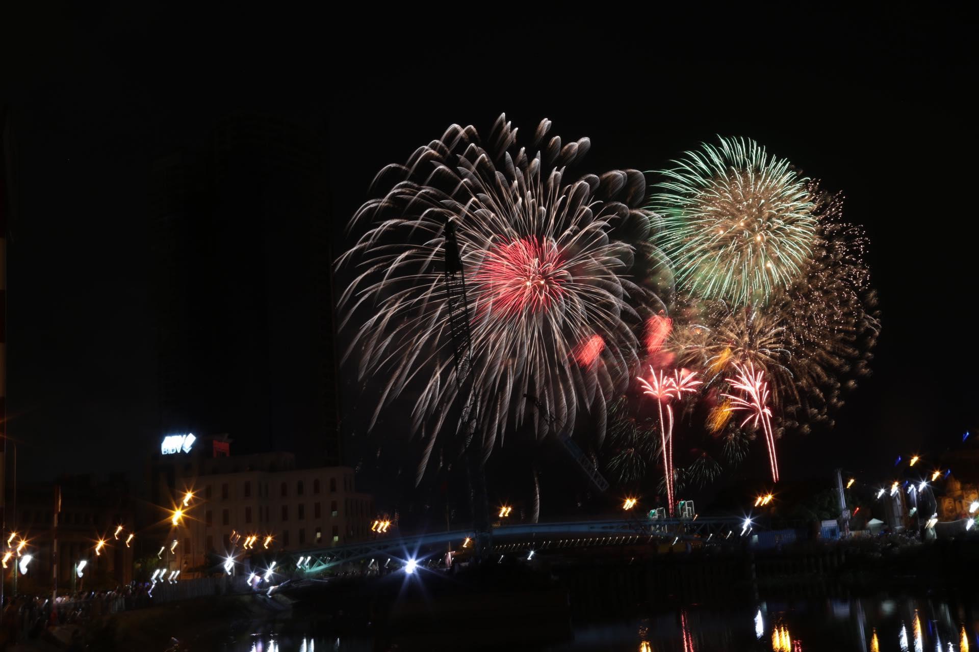 Pháo hoa rực sáng đẹp hút hồn trên bầu trời Sài Gòn, ngàn người vỗ tay tán thưởng - 4