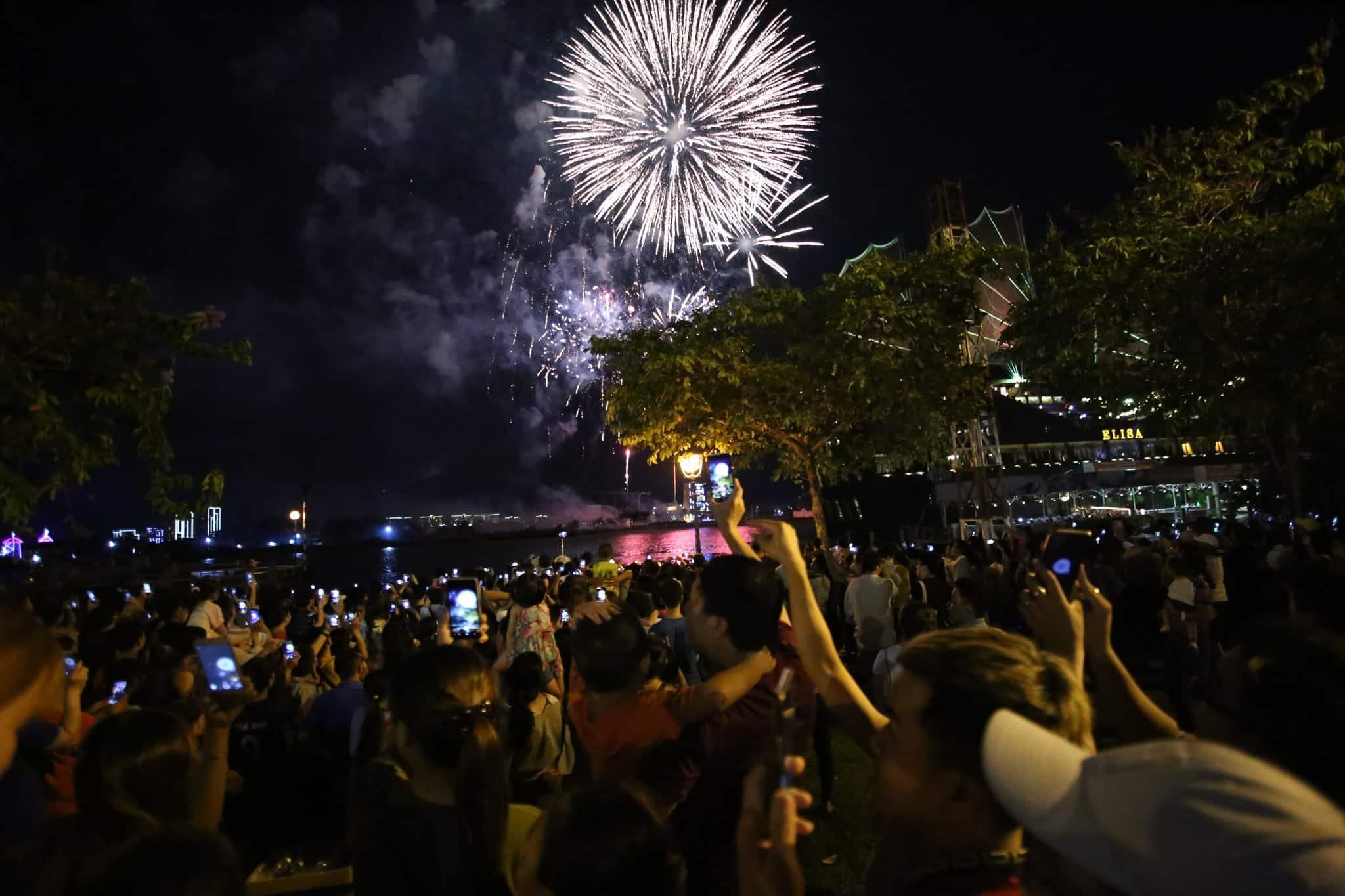 Pháo hoa rực sáng đẹp hút hồn trên bầu trời Sài Gòn, ngàn người vỗ tay tán thưởng - 9