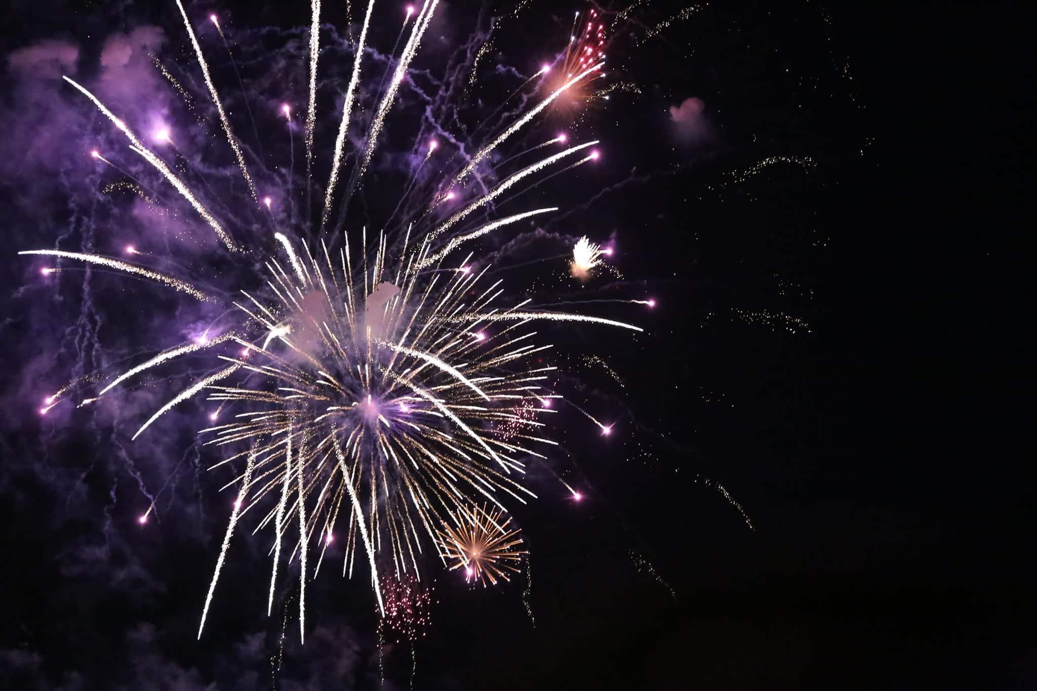 Pháo hoa rực sáng đẹp hút hồn trên bầu trời Sài Gòn, ngàn người vỗ tay tán thưởng - 15