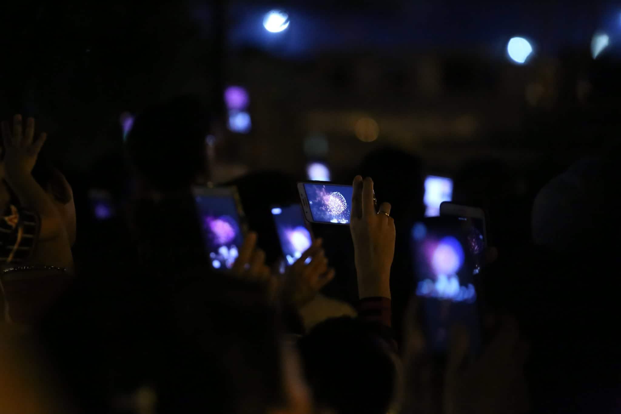 Pháo hoa rực sáng đẹp hút hồn trên bầu trời Sài Gòn, ngàn người vỗ tay tán thưởng - 10