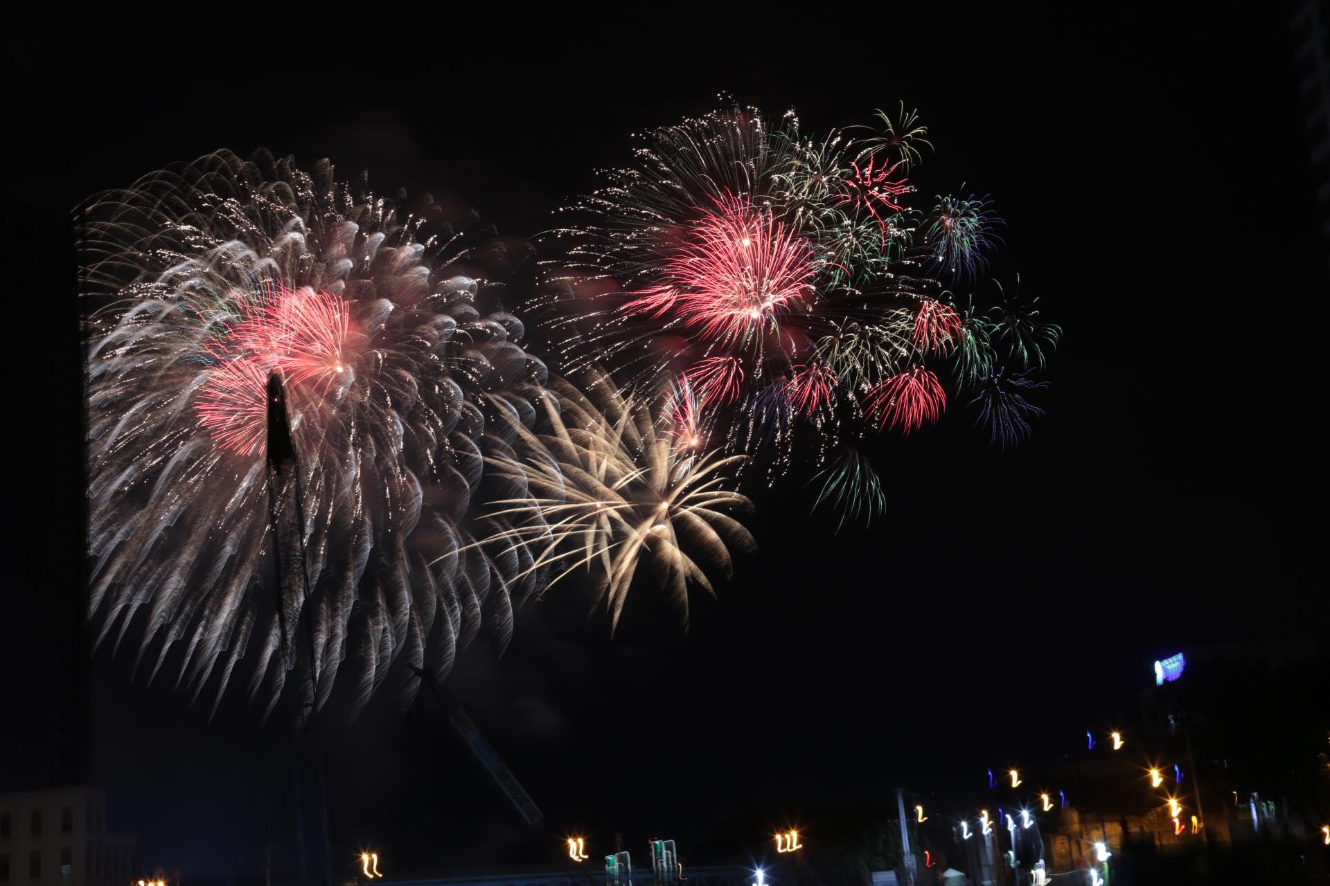 Pháo hoa rực sáng đẹp hút hồn trên bầu trời Sài Gòn, ngàn người vỗ tay tán thưởng - 16