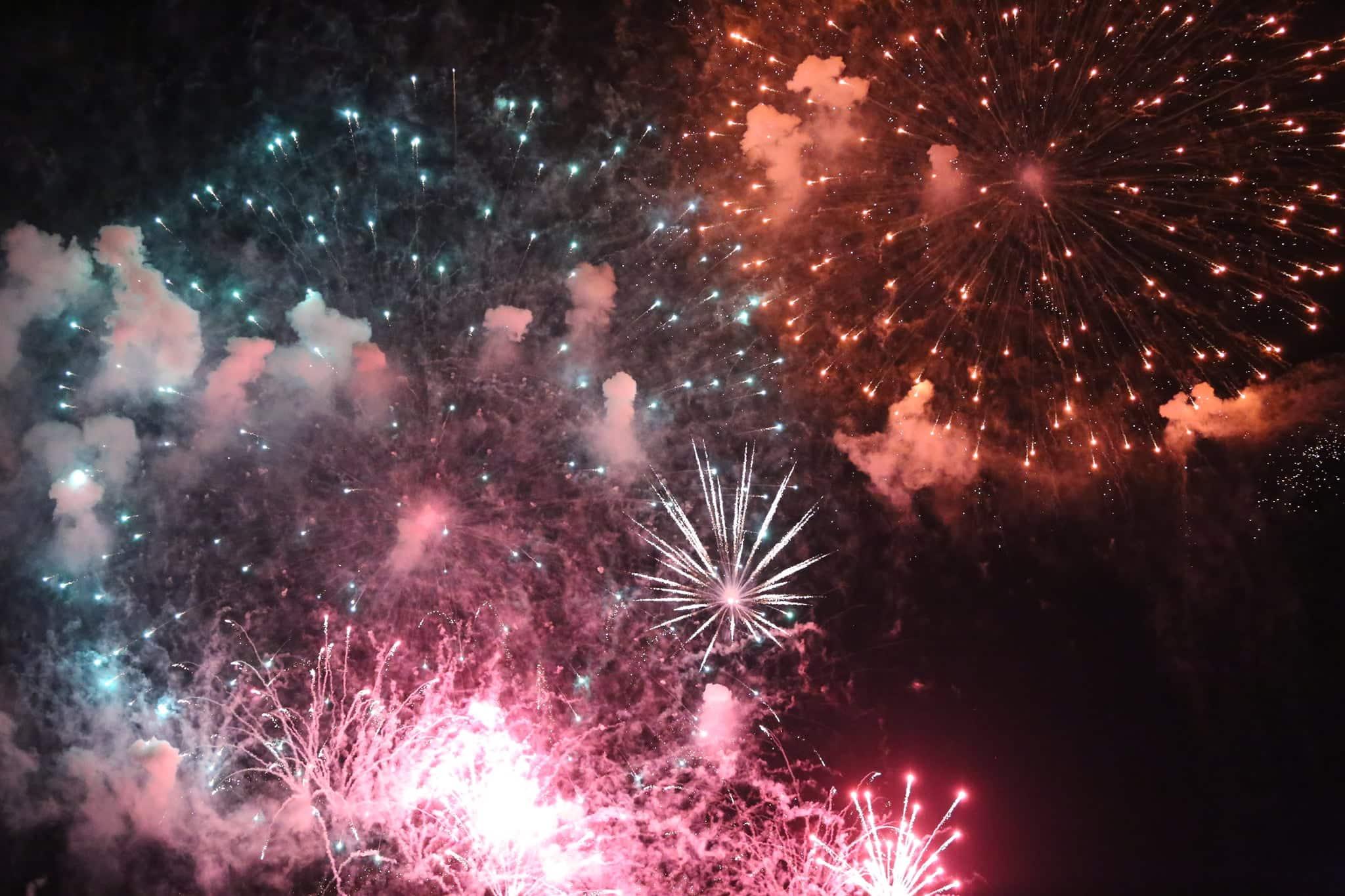 Pháo hoa rực sáng đẹp hút hồn trên bầu trời Sài Gòn, ngàn người vỗ tay tán thưởng - 14