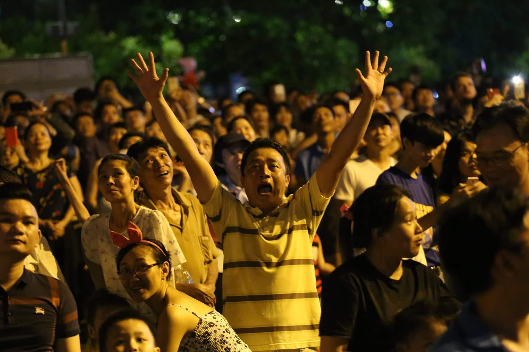 Pháo hoa rực sáng đẹp hút hồn trên bầu trời Sài Gòn, ngàn người vỗ tay tán thưởng - 8