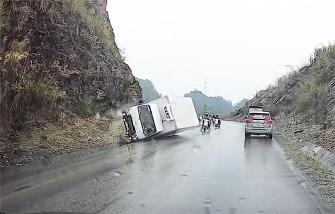 Xe tải ôm cua mất lái đâm vào sườn núi lật ngang, may mắn không có người bị thương - 1
