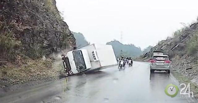 Xe tải ôm cua mất lái đâm vào sườn núi lật ngang, may mắn không có người bị thương