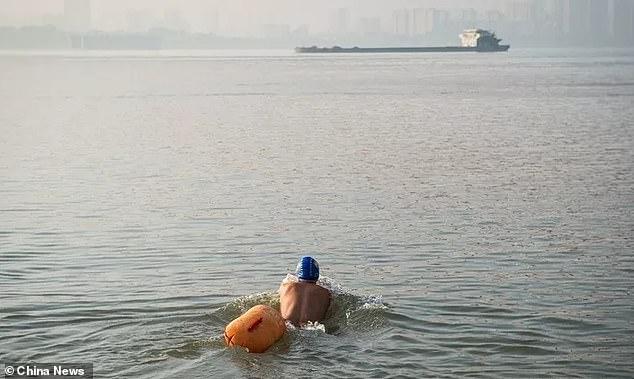 Kỳ quặc: CEO 11 năm bơi qua sông để đi đến chỗ làm - 2