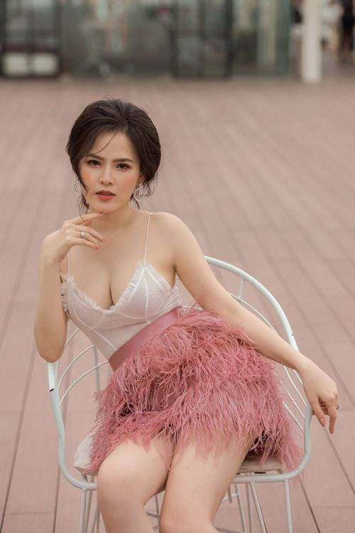 """Phong cách gợi cảm từ nhà ra phố của """"Thánh nữ Mì Gõ"""" Phi Huyền Trang - 2"""