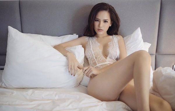 """Phong cách gợi cảm từ nhà ra phố của """"Thánh nữ Mì Gõ"""" Phi Huyền Trang"""