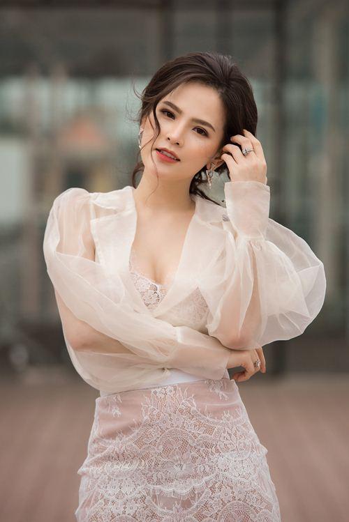 """Phong cách gợi cảm từ nhà ra phố của """"Thánh nữ Mì Gõ"""" Phi Huyền Trang - 8"""