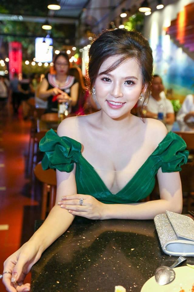 """Phong cách gợi cảm từ nhà ra phố của """"Thánh nữ Mì Gõ"""" Phi Huyền Trang - 4"""