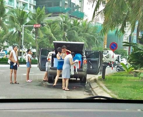 Làm rõ, xử lý du khách đỗ ô tô, tắm tráng giữa đường ở Đà Nẵng - 1