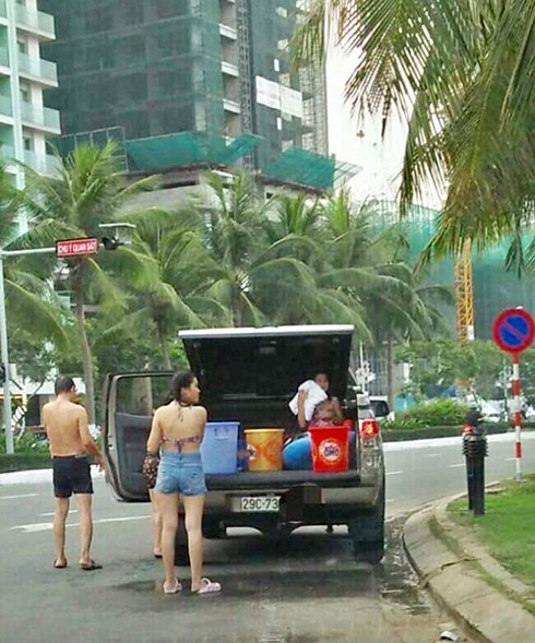 Làm rõ, xử lý du khách đỗ ô tô, tắm tráng giữa đường ở Đà Nẵng - 2