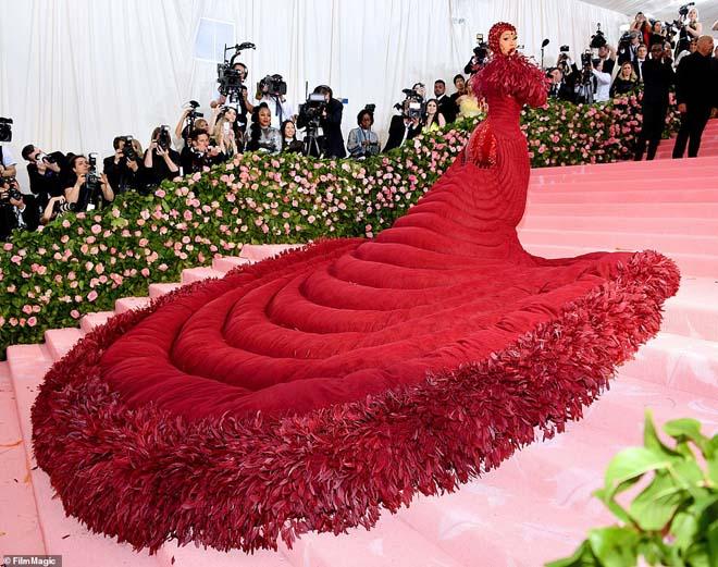 """Những bộ cánh ấn tượng của """"đại hội thời trang chặt chém nhất năm"""" - 3"""