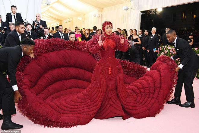 """Những bộ cánh ấn tượng của """"đại hội thời trang chặt chém nhất năm"""" - 4"""