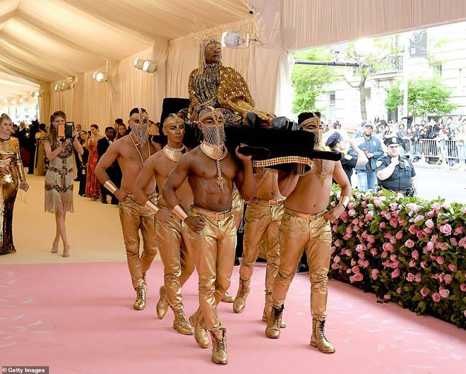 """Những bộ cánh ấn tượng của """"đại hội thời trang chặt chém nhất năm"""" - 10"""