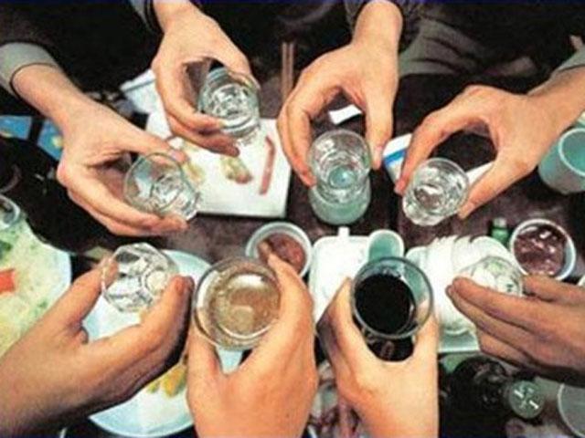 """Vì sao đàn ông Việt Nam """"vô địch thế giới"""" về uống rượu bia? - 1"""