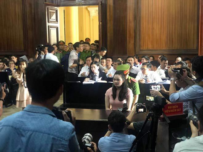 Hotgirl Ngọc Miu né ống kính phóng viên khi đến tòa - 6