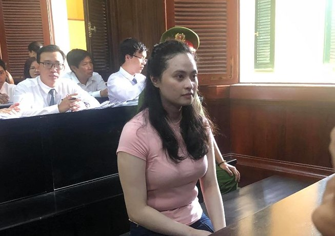 Hotgirl Ngọc Miu né ống kính phóng viên khi đến tòa - 3