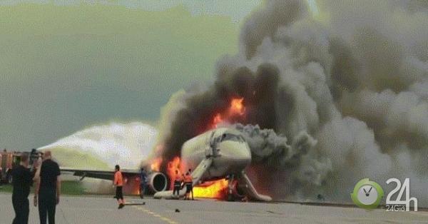 Giữa khói lửa ngùn ngụt, cơ phó máy bay Nga thoát ra rồi lại trèo vào cứu người