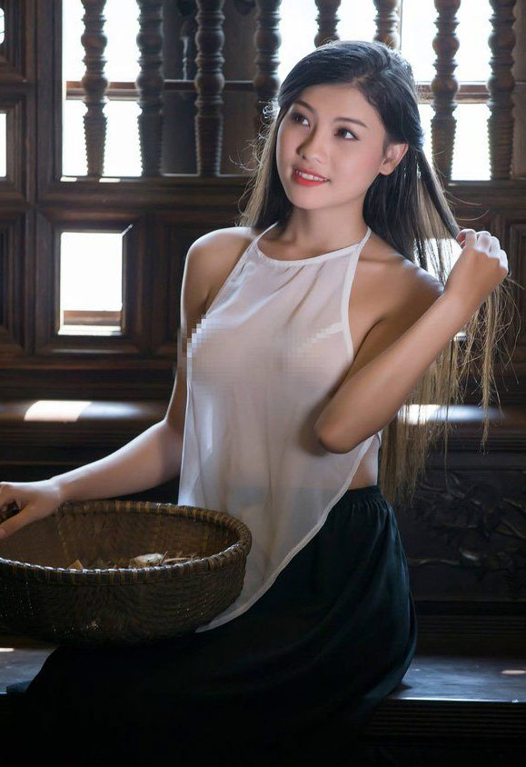 Chuyện ảnh áo yếm bên hồ sen: Mặc nội y hay