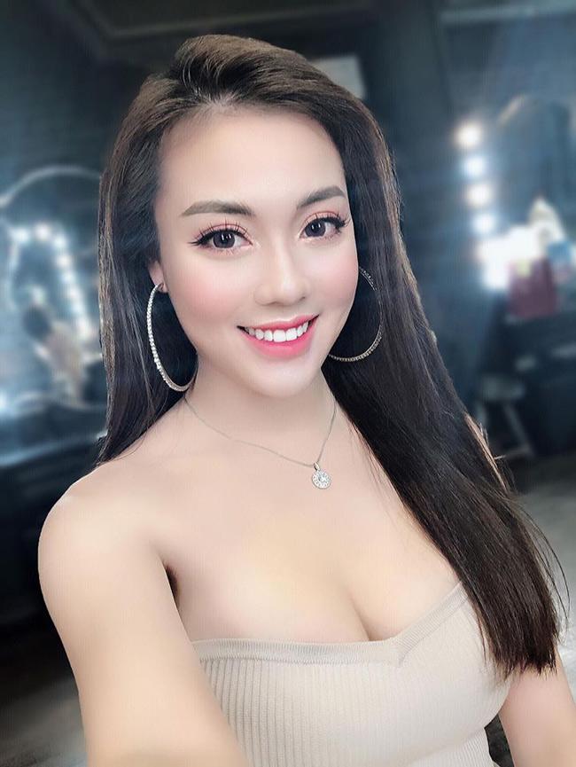 Khi đến giảng đường, Hà My ăn mặc rất đúng mực. Nhưng trong cuộc sống đời thường, cô lại sẵn sàng diện những bộ váy cúp ngực, khoe vai trần quyến rũ.