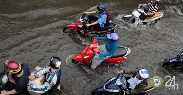 """Mưa """"chớp mắt"""", nhiều tuyến đường ở Sài Gòn ngập như sông"""