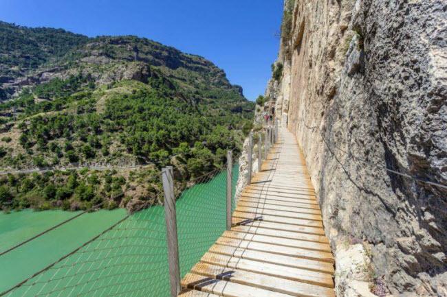 Tim đập chân run khi bước trên những tuyến đường đi bộ nguy hiểm nhất thế giới - 1