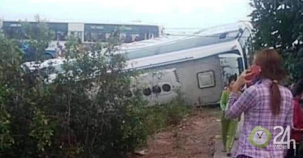 Nhiều người cầu cứu trong xe khách bị lật ở Long An