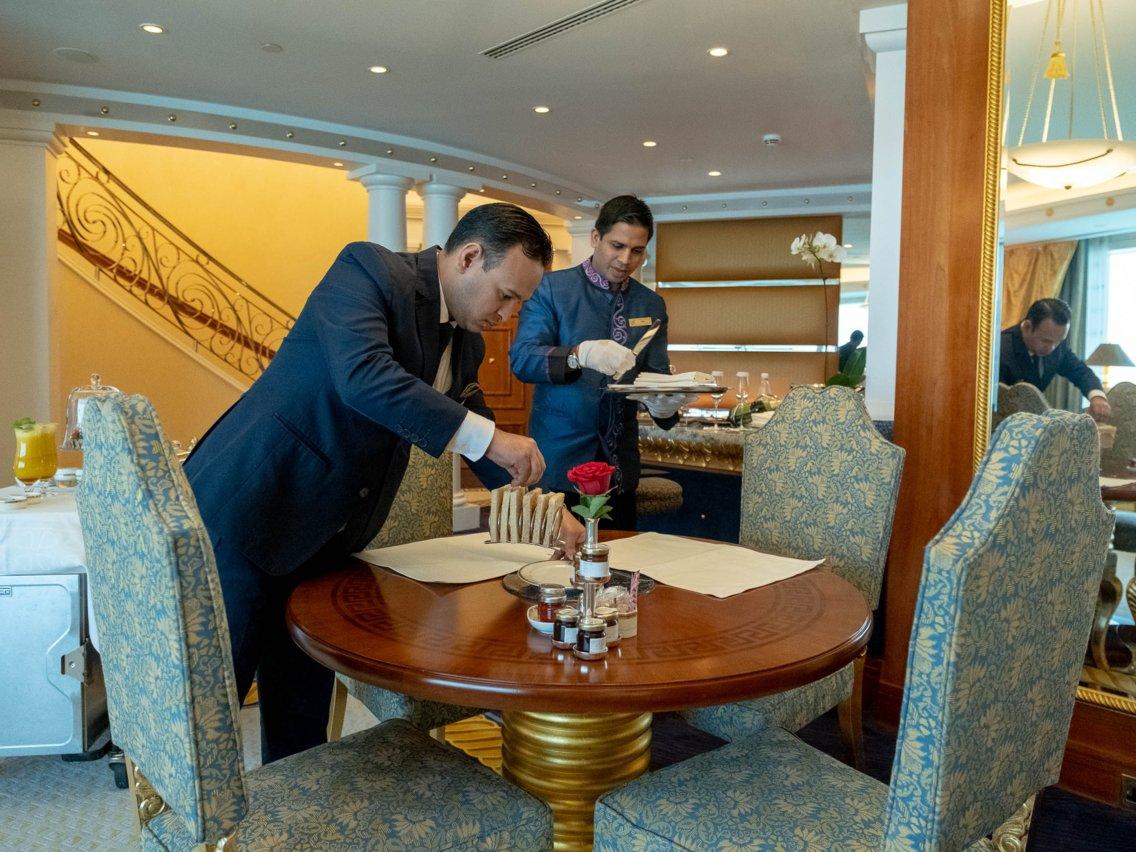 Có gì trong khách sạn sang chảnh nhất thế giới tại Dubai? - Ảnh 1