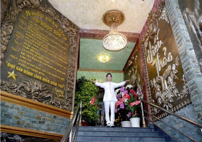 """""""Soi"""" khối tài sản khổng lồ của ca sĩ Ngọc Sơn: Nhà khủng, xe sang, bỏ 1.000 cây vàng để tự đúc tượng mình - 2"""