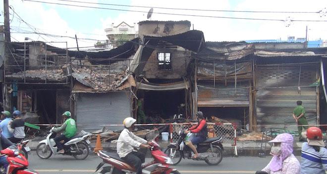 TP.HCM: Cháy kinh hoàng lúc rạng sáng, dân phá mái tôn thoát thân - 2