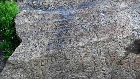 Bí ẩn về ký tự lạ trên phiến đá cổ 230 năm tuổi chưa có lời giải - 1