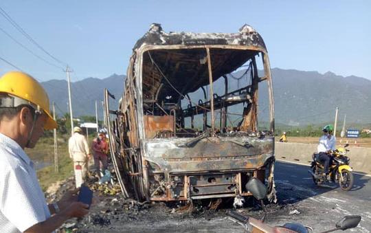 Ô tô giường nằm cháy trơ khung trên Quốc lộ 1 - 1