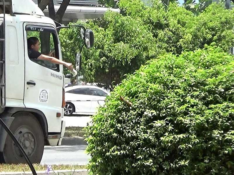 """Điều tra: Cận cảnh """"cò"""" dẫn xe qua chốt CSGT - 1"""