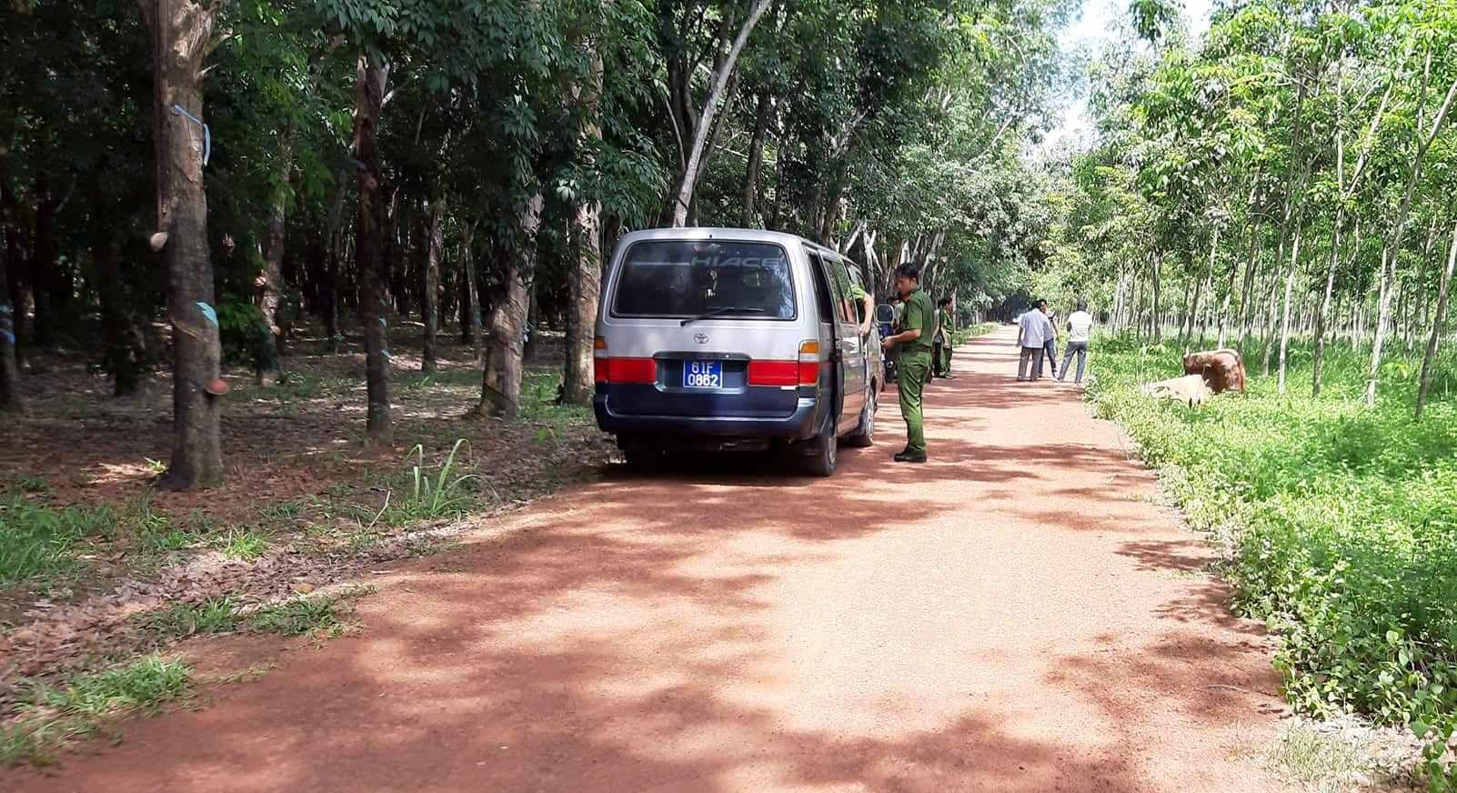Vụ 2 xác người trong thùng bê tông: Cảnh sát lật từng mảng lá khô trong rừng cao su tìm dấu vết - 2
