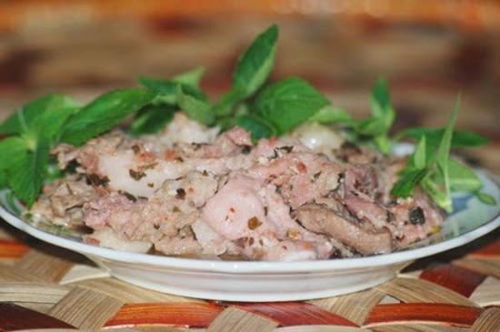 Món đặc sản từ thịt lợn sống của người Dao tưởng kinh dị mà ngon không tả - 1
