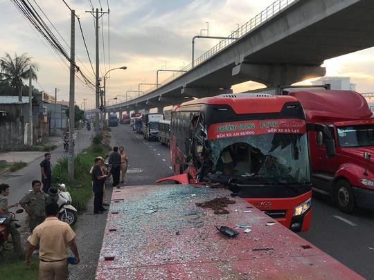 Xe khách biến dạng sau cú tông xe container, 1 người chết - 3