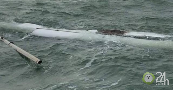 Hai cha con bấu víu vào mảnh thuyền vỡ suốt đêm trong vùng biển đầy cá mập, cá sấu