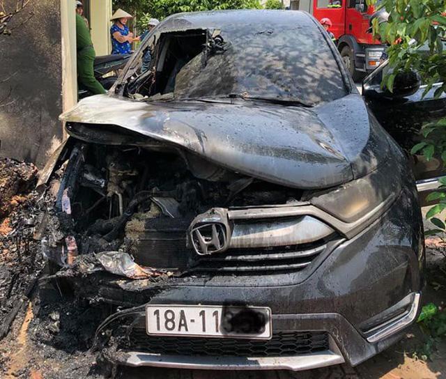 Nắng nóng đỉnh điểm, ô tô tiền tỷ bỗng dưng bốc cháy ngùn ngụt - 1