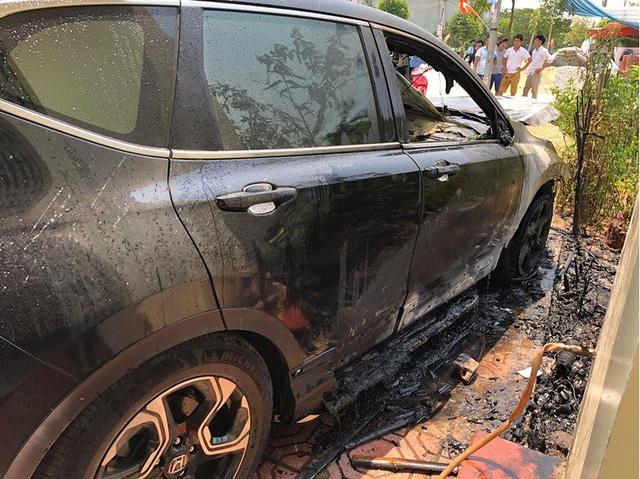 Nắng nóng đỉnh điểm, ô tô tiền tỷ bỗng dưng bốc cháy ngùn ngụt - 4