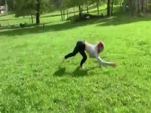 Không thích đi bình thường, người phụ nữ cứ phải chạy nhảy như ngựa mới chịu